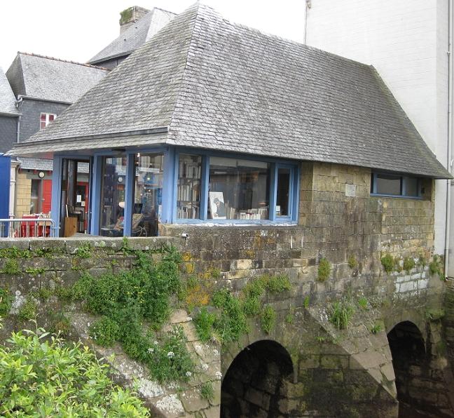 Buchhandlung auf der Brücke, die über die Èlorn führt